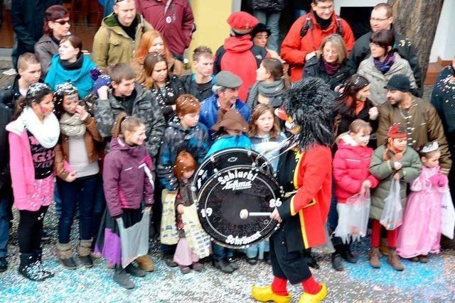 Fotos: Feuer, Schränzer und jede Menge Publikum in Neuenburg