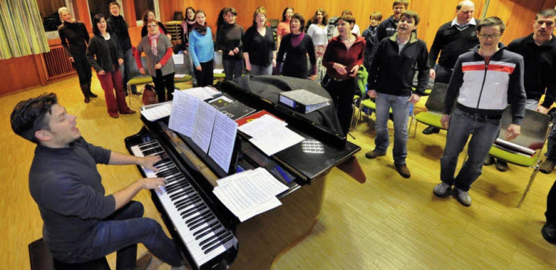 Viel Schwung ganz von vorn: Chorleiter...rn Dampf – und das genießen sie.  | Foto: Michael Bamberger
