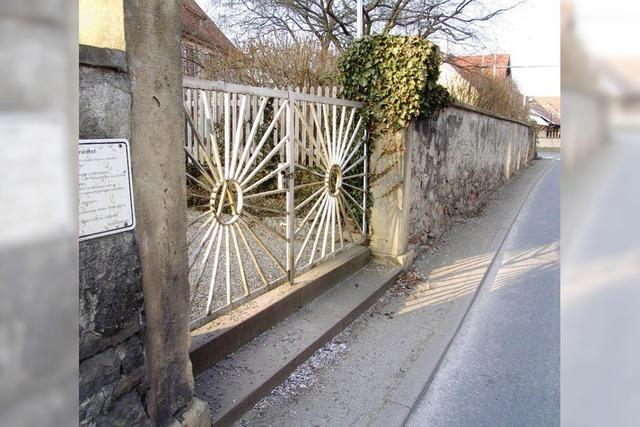 Neuer Fußweg im Schutz der Mauer