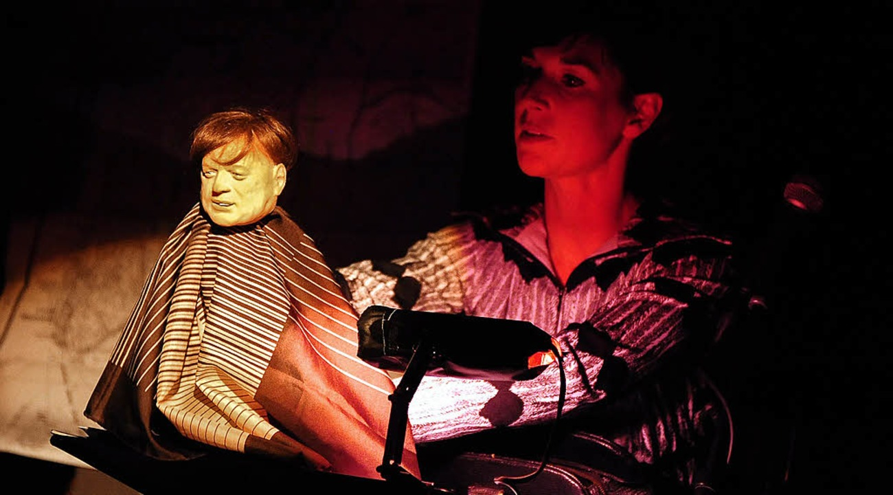 Rike Schubert erweckt einen Freund von... mit Hilfe einer Handpuppe zum Leben.   | Foto: thomas kunz