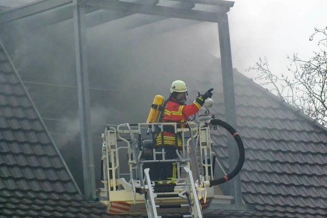 Feuerwehr löscht Brand in einem Dachgeschoss