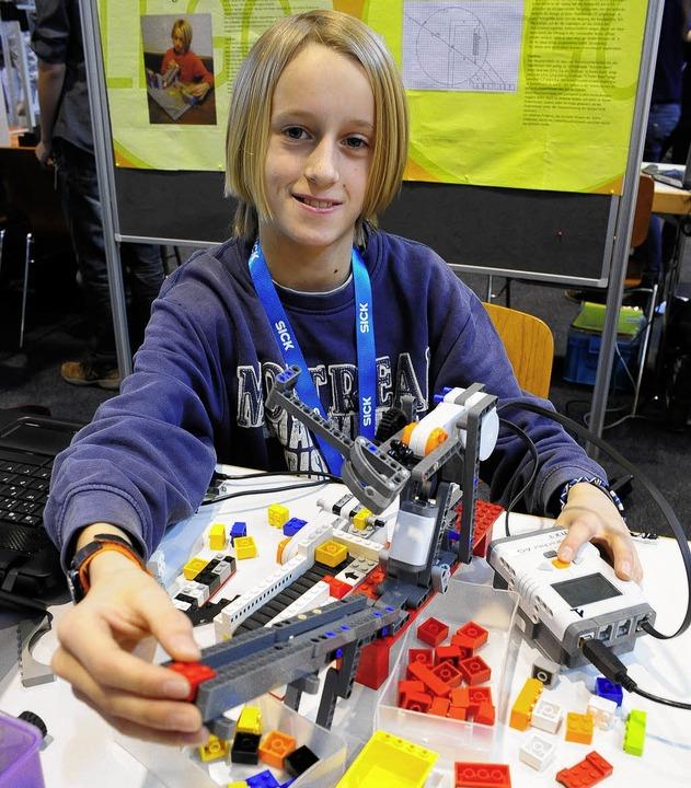 Elias Aufrecht lässt Legosteine sortieren.  | Foto: Thomas Kunz