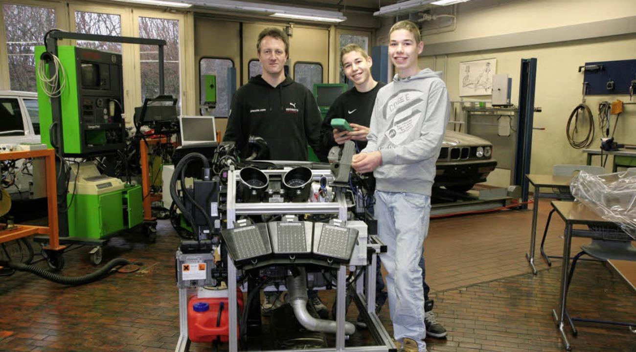 Lehrer Thomas Gassert freut sich  mit ...erufsfachschule über den neuen Motor.   | Foto: markus dold