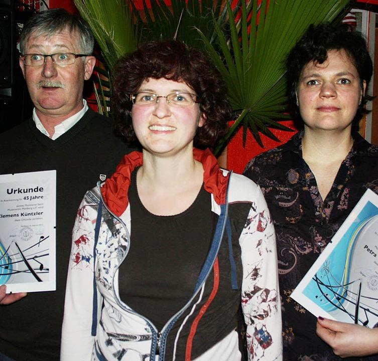 Geehrt: Clemens Küntzler (links)und Pe...Mitte die  Vorsitzende Daniela Zehnle.  | Foto: Michael Masson