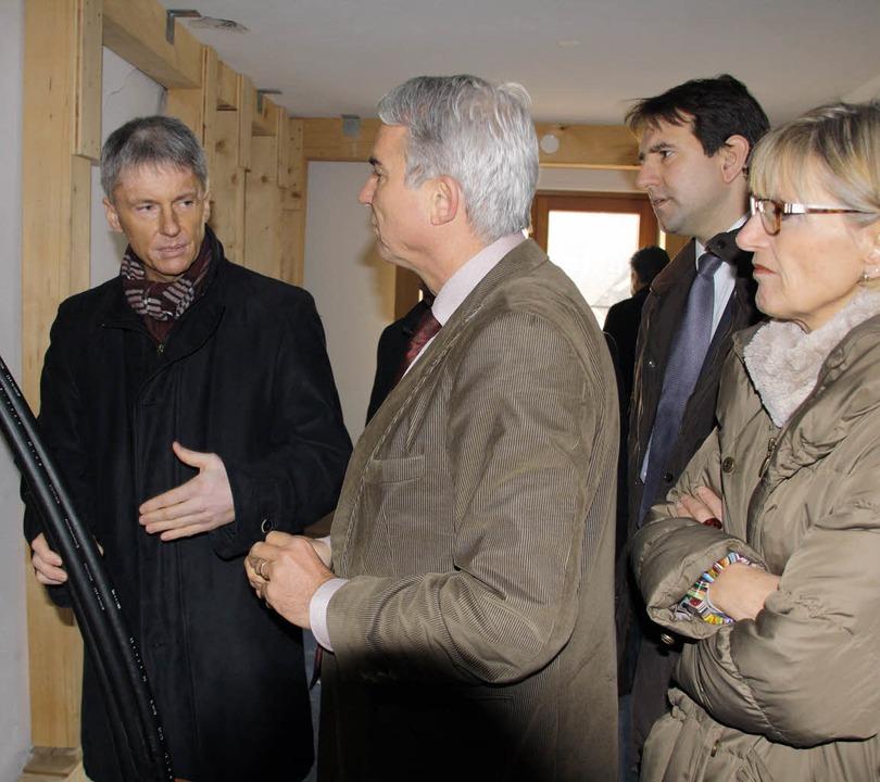 Michael Benitz (links) demonstriert Th...zte Technik bei den Erdwärmebohrungen.  | Foto: Hans Jürgen Kugler