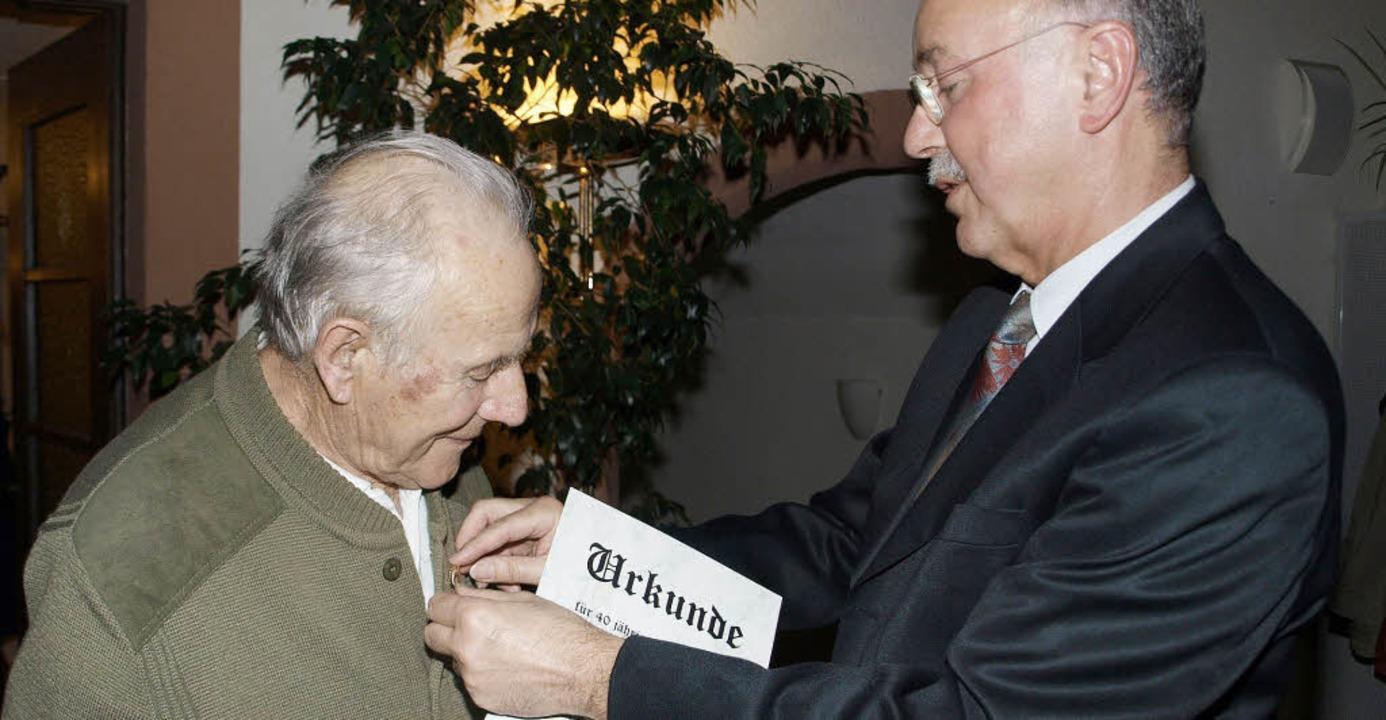 Für 40 Jahre Mitgliedschaft   ehrte Vo...t der Ehrennadel des Landesverbandes.     Foto: Albert Greiner