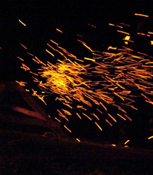 Funkensprühend beginnt die Scheibe ihren Flug ins Tal  | Foto: Karin Stöckl-Steinebrunner