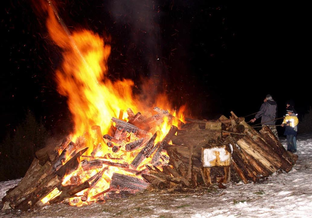 Geduldig hoben die Urberger ein ums andere Holzstück ins Feuer  | Foto: Karin Stöckl-Steinebrunner