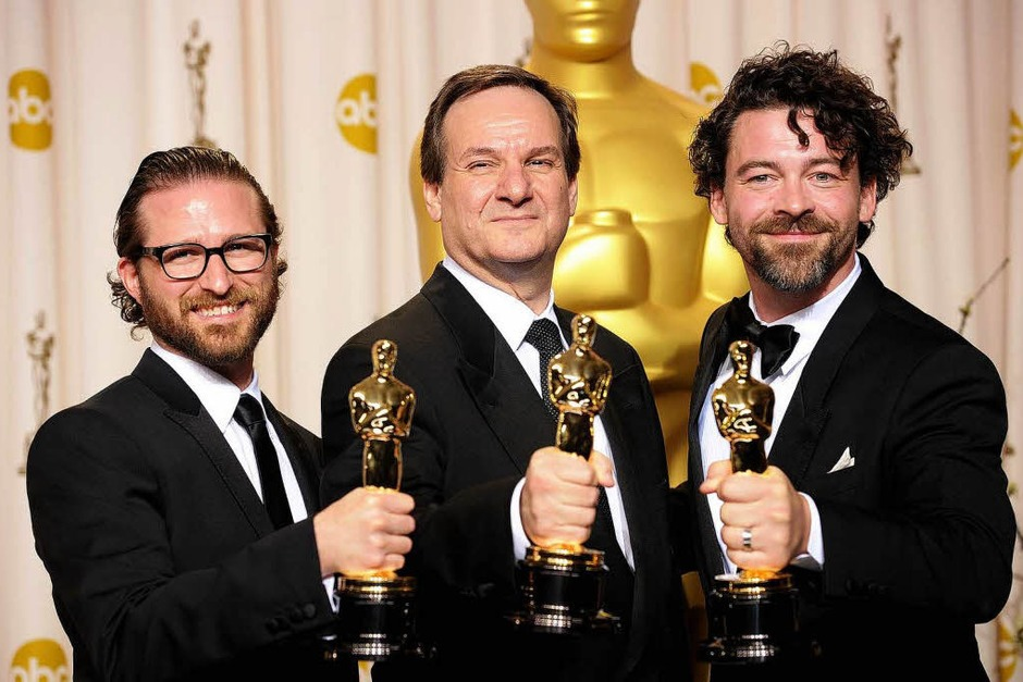 """Alex Henning, Rob Legato, and Ben Grossman, mit ihrem Oscar für die optischen Effekte in """"Hugo"""". (Foto: AFP)"""