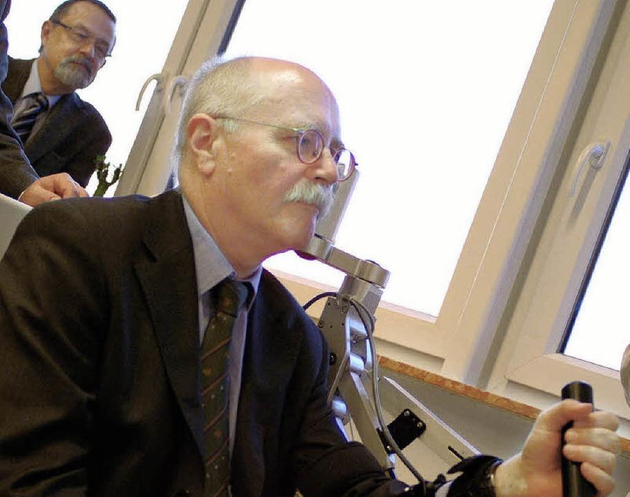 Selbstversuch: Herbert Rische testet e...iche Direktor Professor  Dr. Wallesch   | Foto: Christine Speckner