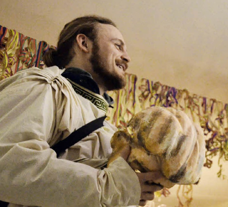 Reporter mit römischer Toga und  als Maske den Kopf einer Breker-Statue.  | Foto: Jakob Ross