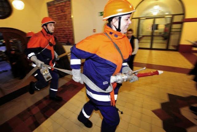 Jugendfeuerwehr Rieselfeld rettet Schüler und löscht Feuer – zur Übung