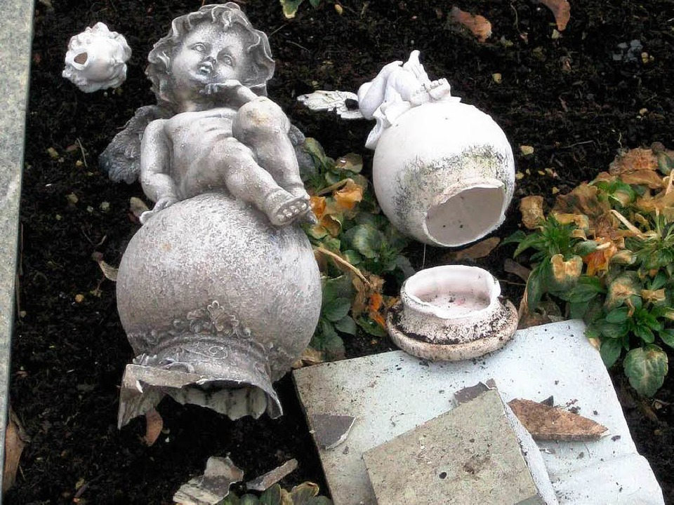Randalierer beschädigen 20 Gräber auf ...iguren und Vasen gehen dabei zu Bruch.  | Foto: Privat