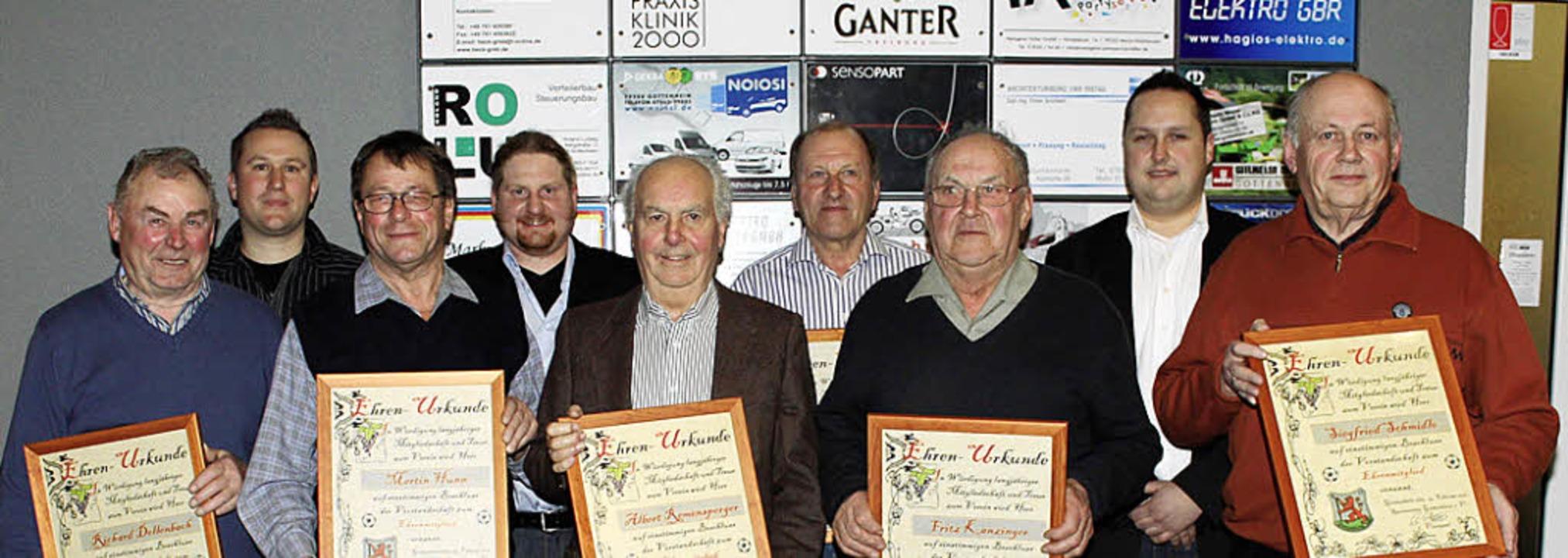 Neue Ehrenmitglieder und der Vorstand ... Björn Streicher, Siegfried Schmidle.   | Foto: mario schöneberg