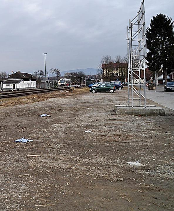 Das Brachland an der Bahnhofstraße wird in die Ortskernsanierung einbezogen.   | Foto: j. steckmeister