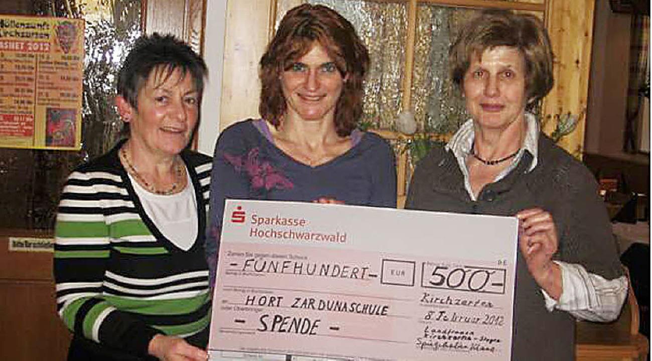 Vorsitzende Klara Spiegelhalter (links...en  Moers (Mitte) vom Hort in Zarten.   | Foto: privat