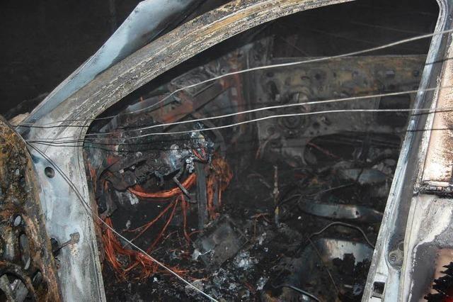 Auto überschlägt sich – Passagiere retten sich aus brennendem Wagen