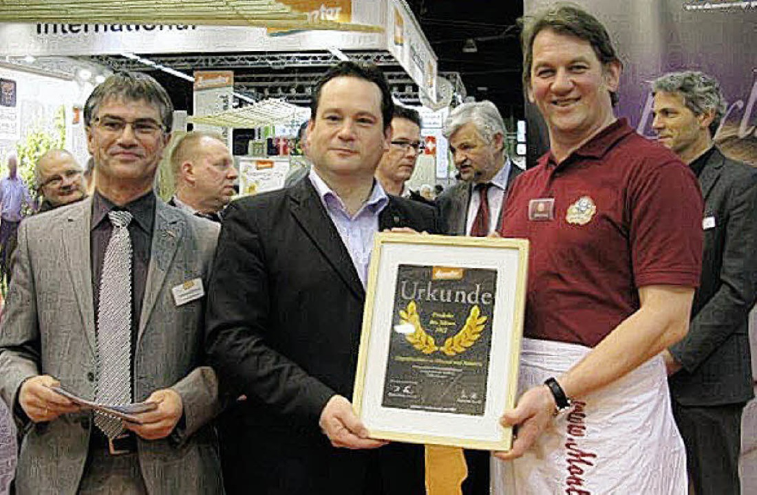 Übergabe der Urkunde mit  Johannes Ell...ührer Käserei Monte Ziego (von links).  | Foto: Privat