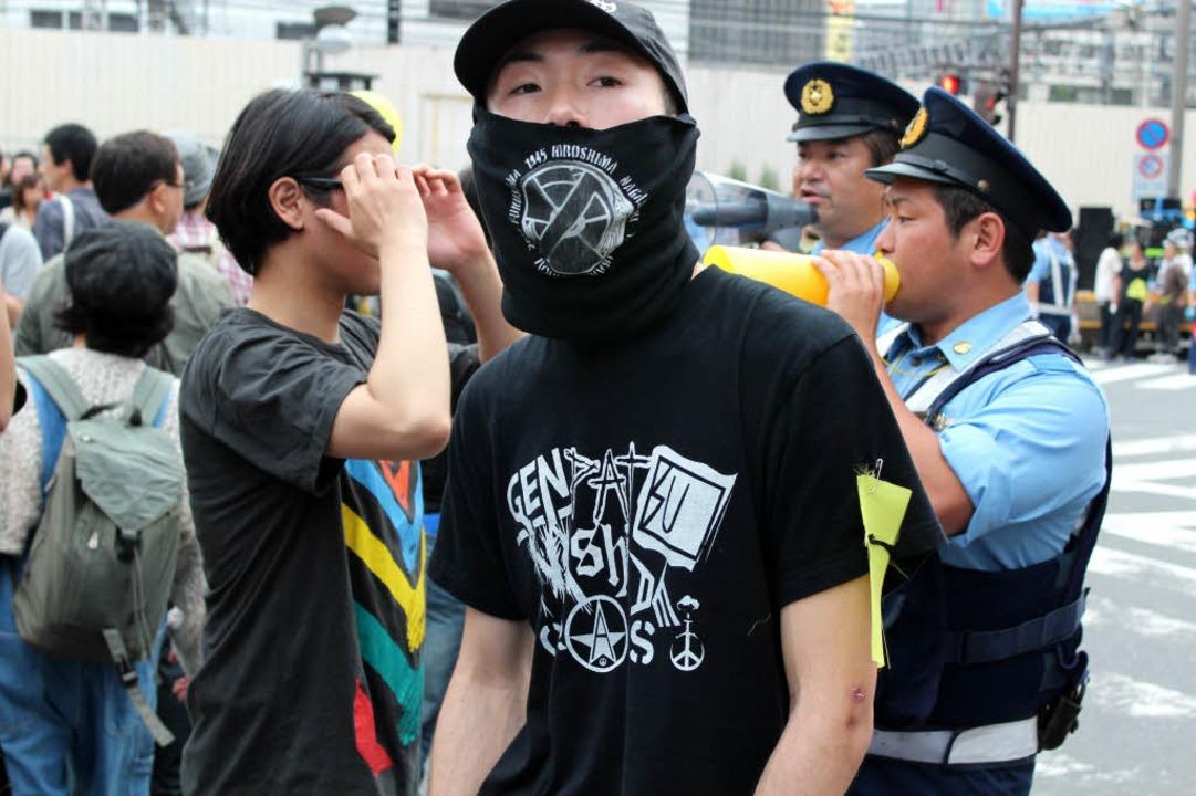 Bei den Anti-Atomkraft-Protesten in To...o viele Polizisten wie Demonstranten.     Foto: Privat