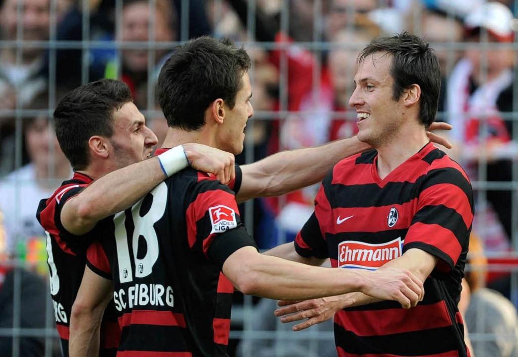 Die SC-Spieler bejubeln den Führungstreffer von Sebastian Freis (rechts).  | Foto: dpa