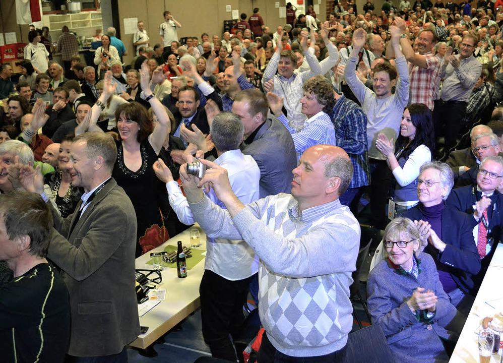 Großer Jubel brachte zum Abschluss der...chaften die Silberberghalle zum Beben.    Foto: Paul Berger
