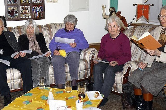 Gemeinsames Lesen und Diskutieren beim Wein