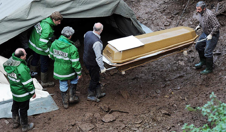 Herbst 2011: Helfer bergen die Leiche von Lolita Brieger.     Foto: dapd/dpa