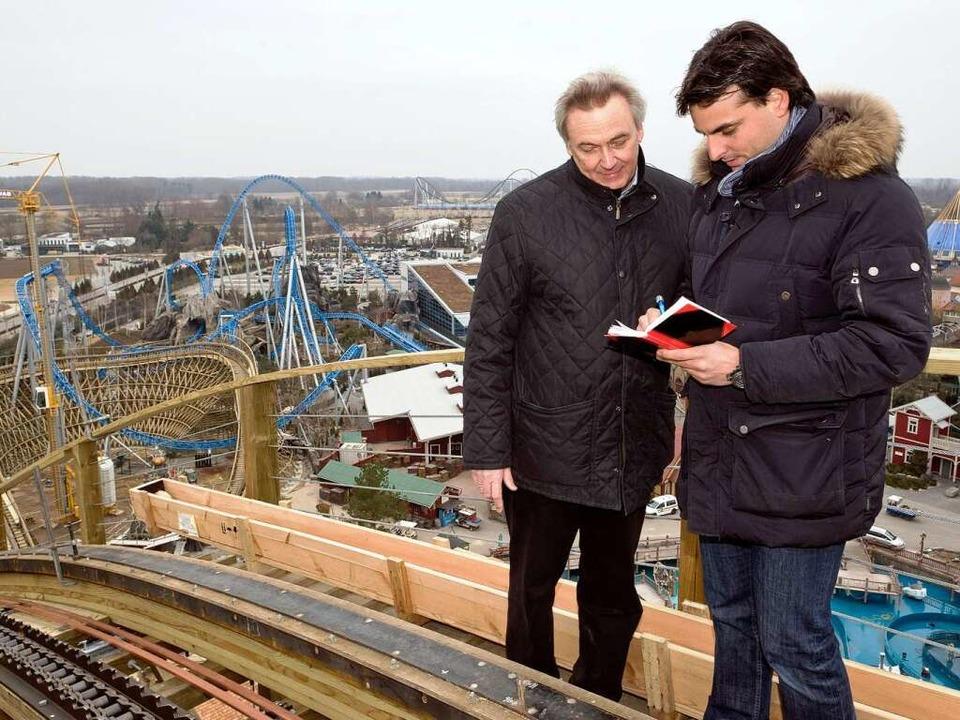 Jürgen und Thomas Mack tragen sich in ...ipfelbuch der neuen Holzachterbahn ein  | Foto: Bernhard Rein