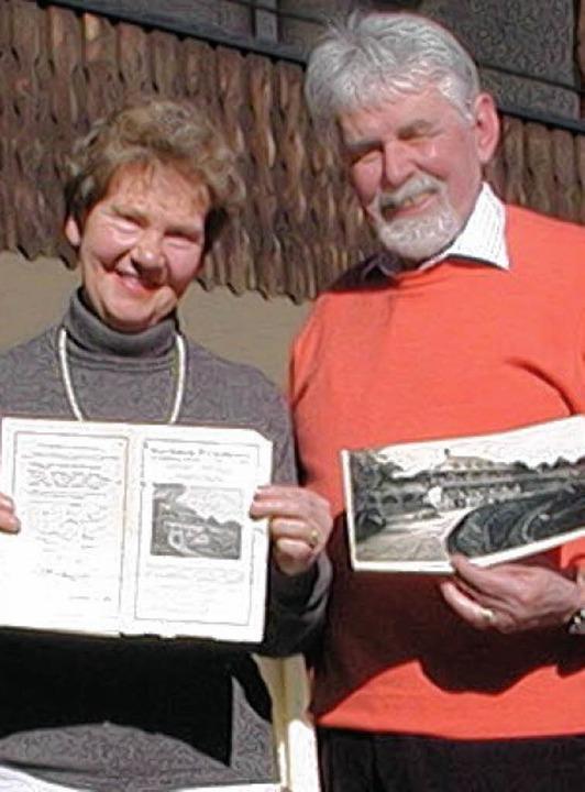Über die Wiederentdeckung eines rund 8... freuen sich Brigitte und Horst Greim.  | Foto: Wolfgang Adam