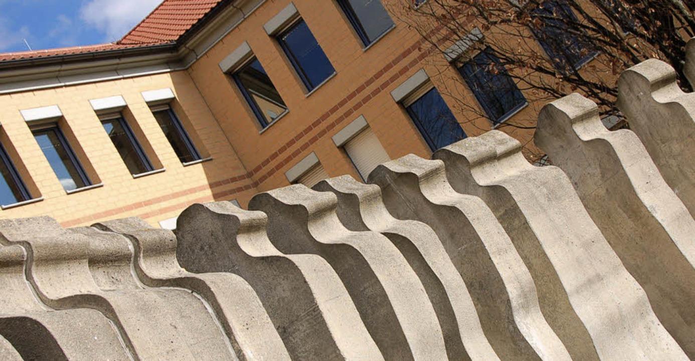 Vor dem Kreiswehrersatzamt stehen (imm...och) Betonsoldaten in Reih und Glied.   | Foto: Kathrin Blum