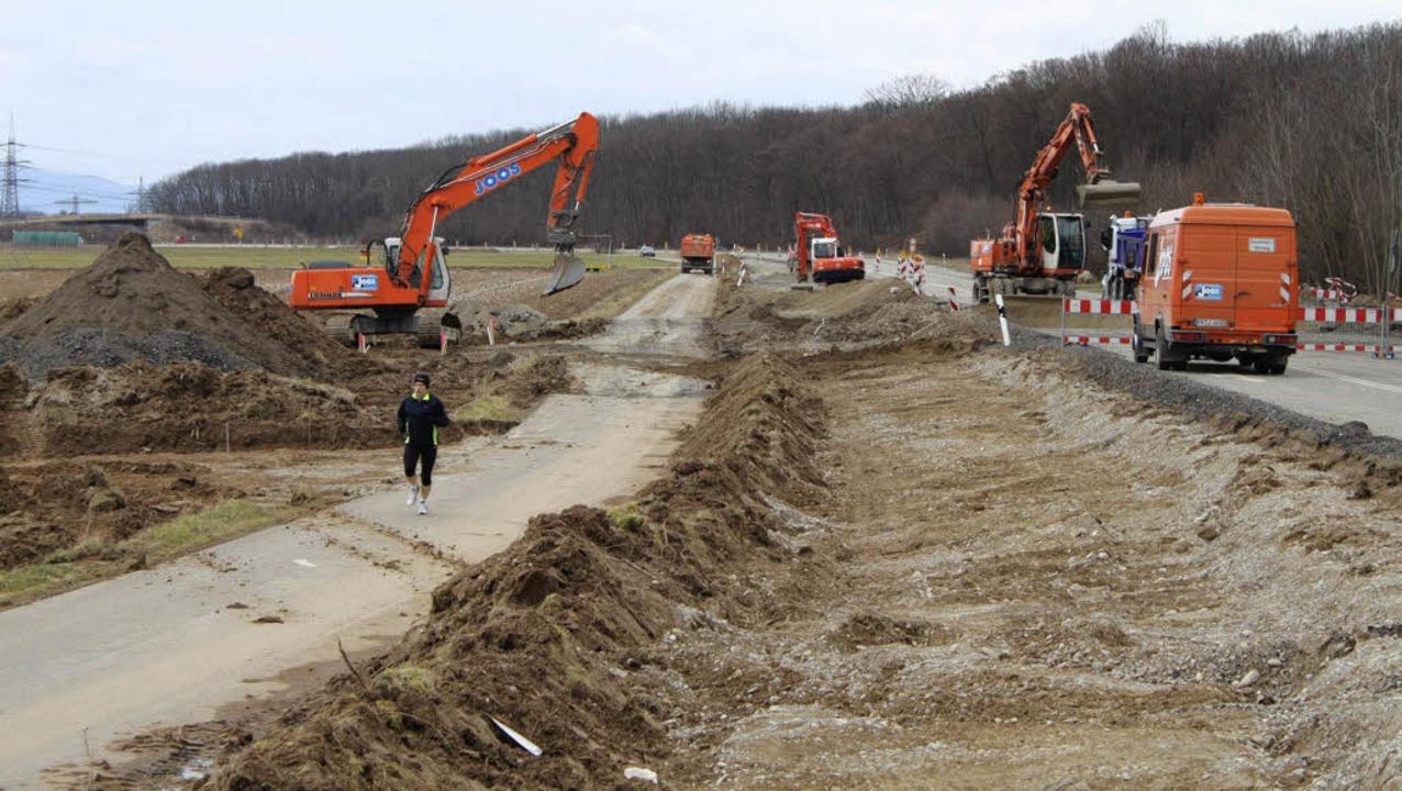 Ein Jogger durchquert die Baustelle bei der Autobahnausfahrt Ringsheim/Rust.   | Foto: Adelbert Mutz