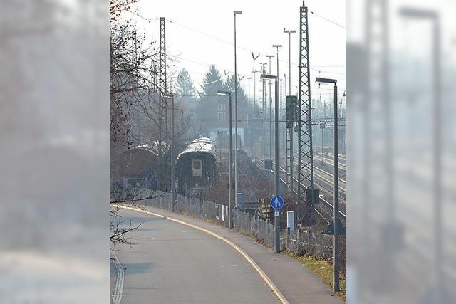 Durch Haltingen, parallel zur Bahn
