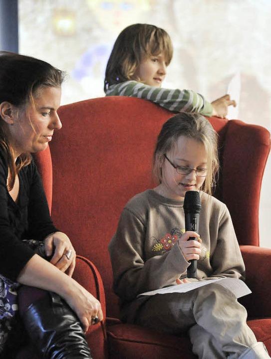 Jana Hell (9) liest ihr Märchen vor –  Milena Vogt unterstützt.   | Foto: eggstein