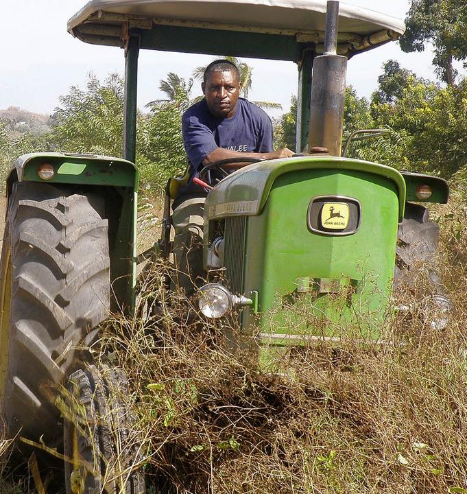 Pfarrer Thomas Msagati brachte den von...ten Traktor gleich selbst in Einsatz.     Foto: BZ