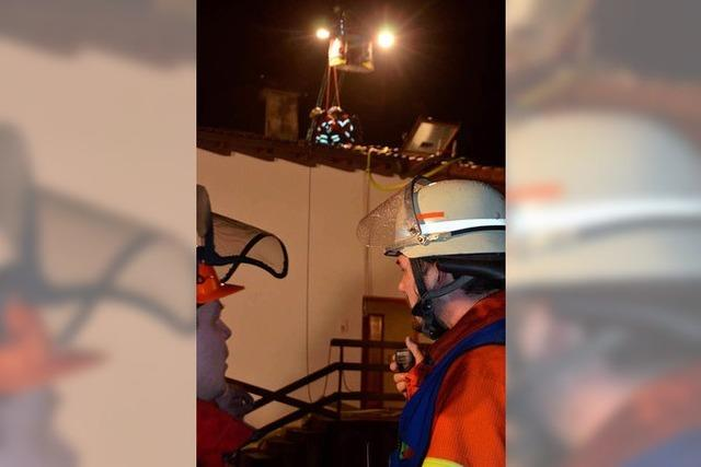Dachstuhlbrand in Binzgen – Bewohner verletzt