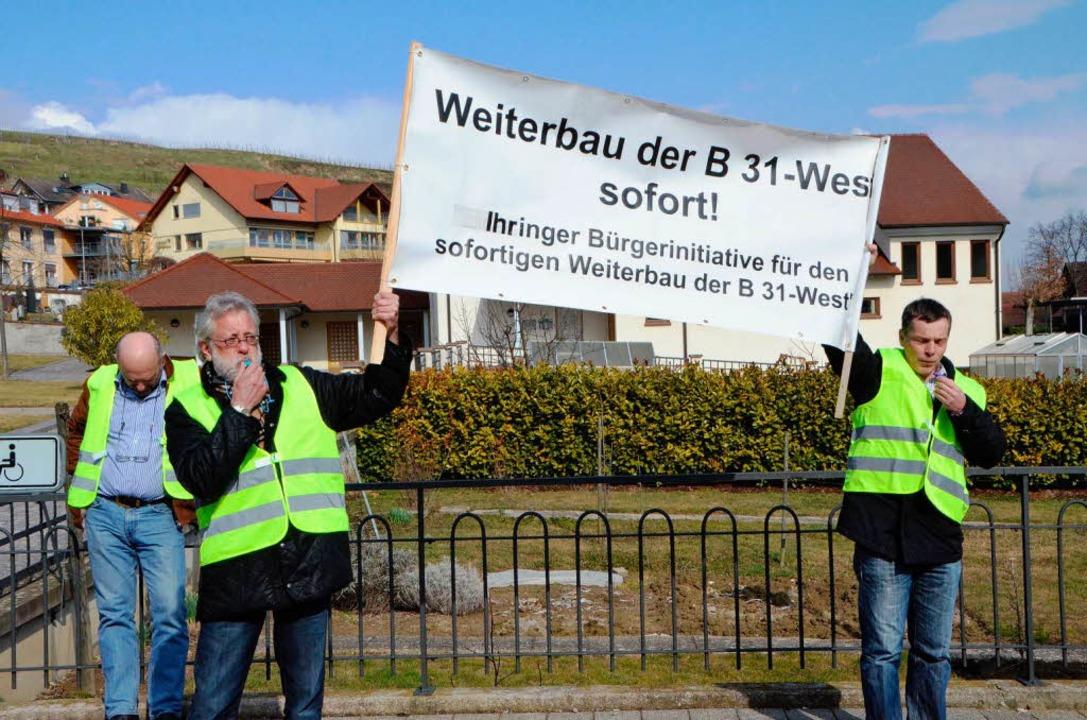 Befürworter des Weiterbaus der B 31 bis Breisach vor der Bötzinger Festhalle.  | Foto: manfred Frietsch