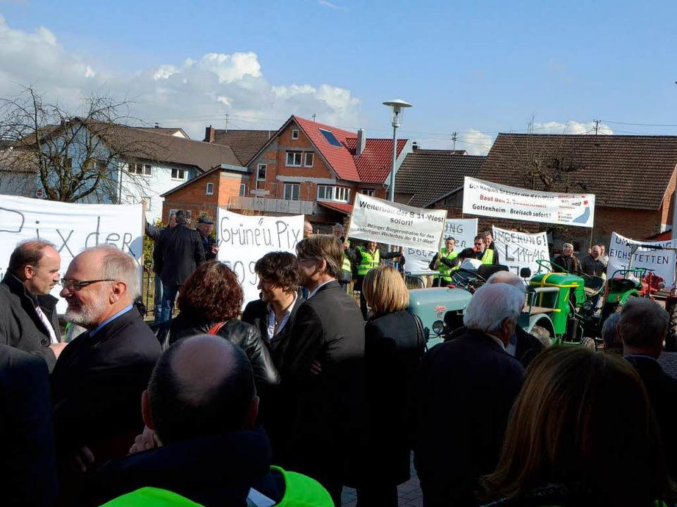 Befürworter des Weiterbaus der B 31 bi...nd Bürger vor der Bötzinger Festhalle.  | Foto: manfred Frietsch