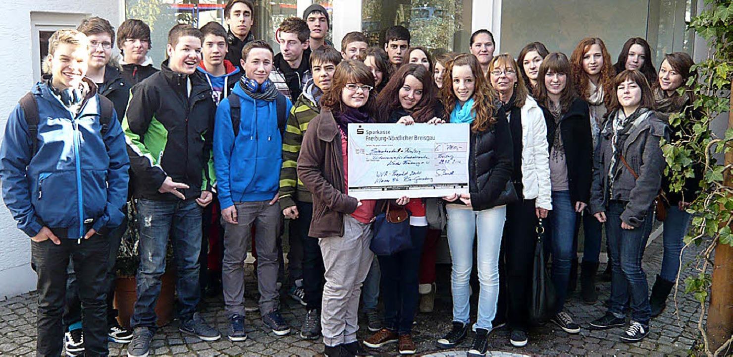 Die Klasse 9b der Realschule am Giersb...  für krebskranke Kinder in Freiburg.   | Foto: Privat