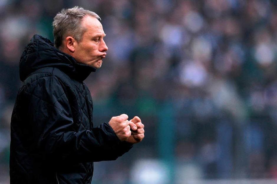 Drückt seinen Spielern die Daumen: Freiburgs Trainer Christian Streich. (Foto: AFP)