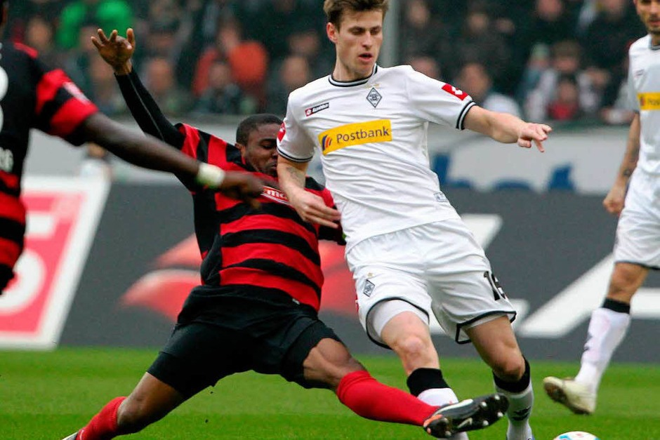 Fallou Diagné (SC Freiburg) und Roman Neustädter (Borussia Mönchengladbach) im Zweikampf um den Ball. (Foto: dpa)