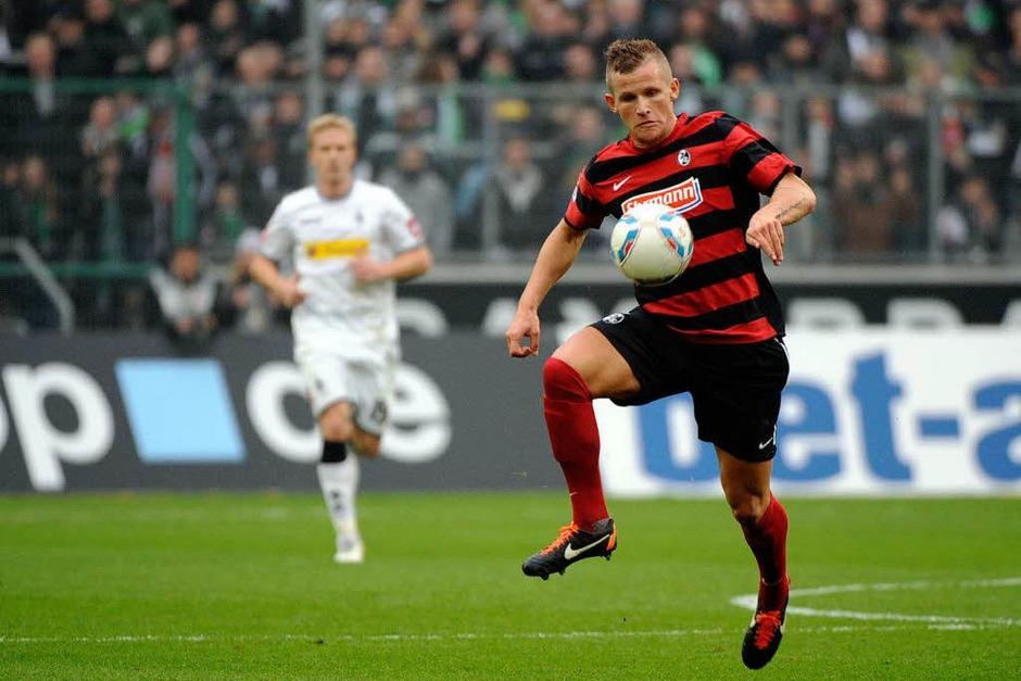 Jonathan Schmid (SC Freiburg) mit der Ballannahme. (Foto: Michael Heuberger)
