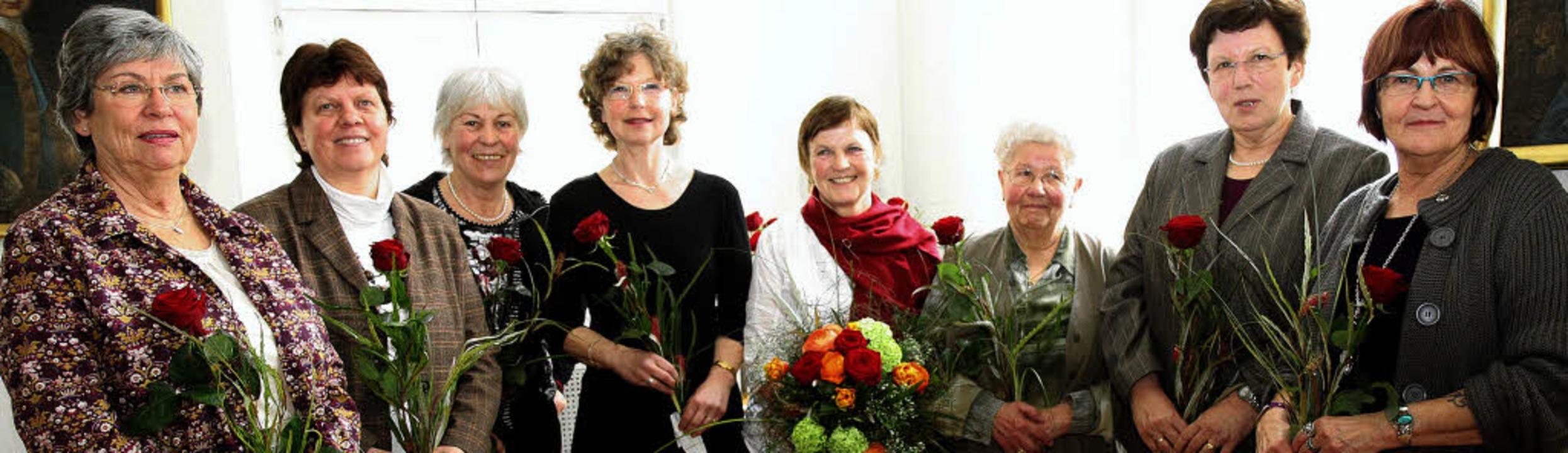Elfriede Behnke (fünfte von links) erh...pernick (Ehrenamtliche im Haus Eliah).  | Foto: Dagmar Barber