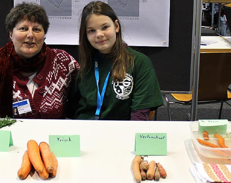 Zusammen mit der Betreuungslehrerin Jo...st-Gymnasium ihr Karotten-Experiment.   | Foto: Rainer Ruther