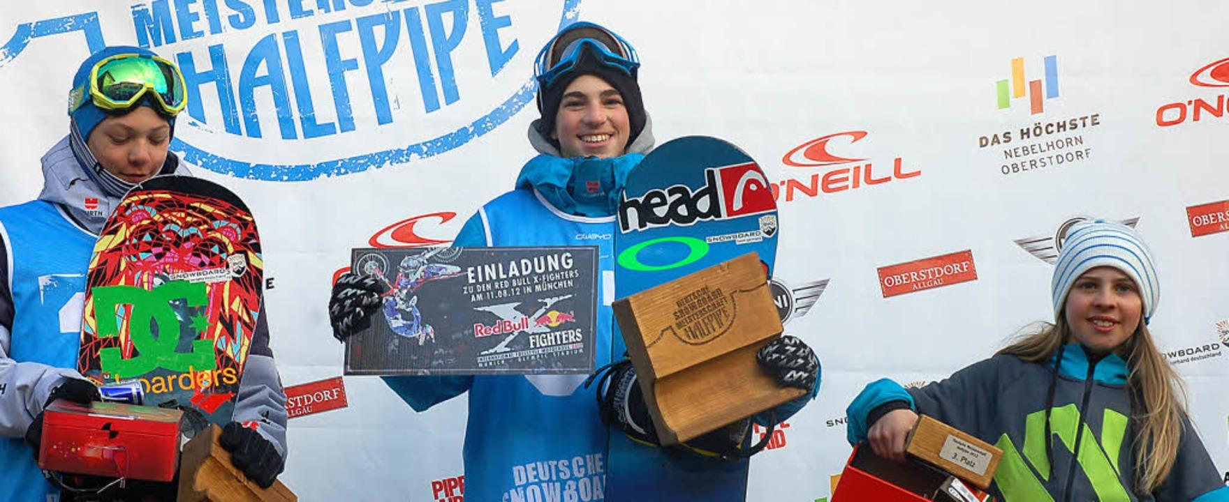 Luis Eckert (Mitte) vom Skiclub Hinter... Klasse U16 den Titel in der Halfpipe.  | Foto: Privat