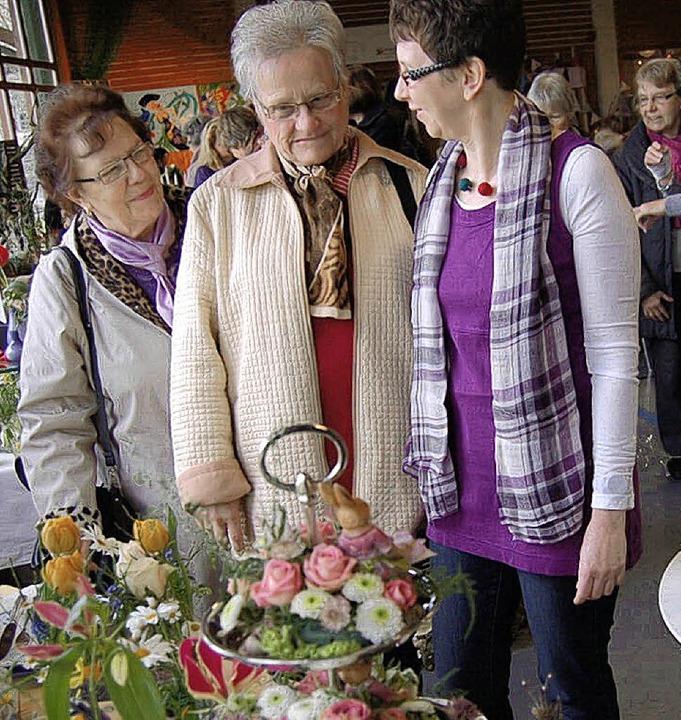 Mit Landfrau Veronika Richter (rechts)...Rundgang durch das Frühlingserwachen.   | Foto: Reiner Beschorner