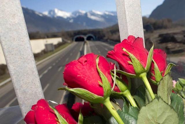 Busunglück im Wallis: Angehörige trauern am Unfallort