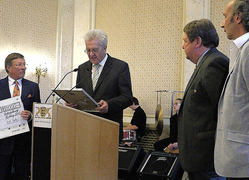 Ministerpräsident Winfried Kretschmann...erigen Sozialamtsleiter Martin Müller.  | Foto: Eberhard Weiß