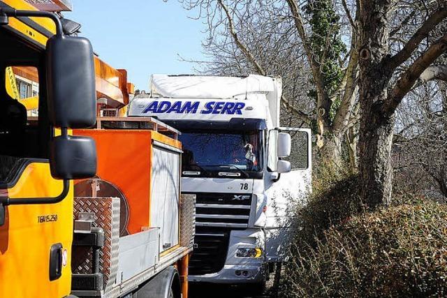 Lastwagen bleibt an einem Ast hängen