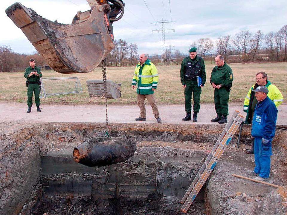 Nachdem das Grundwasser abgesenkt und ... konnte die Bombe herausgeholt werden.  | Foto: Andrea Steinhart