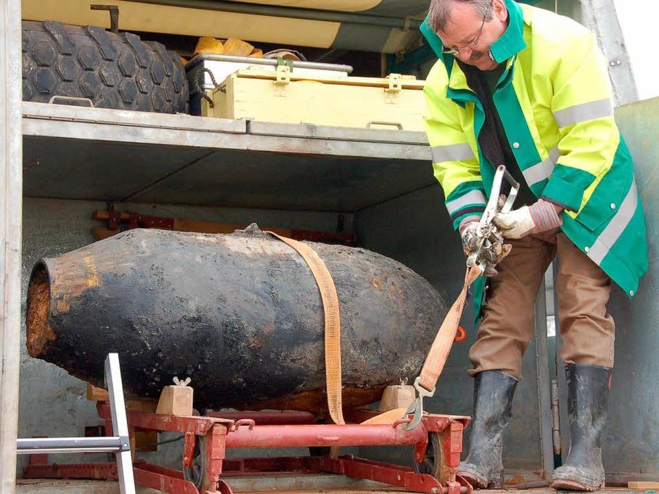 Jetzt wird die Bombe nach Sindelfingen gebracht und dort entsorgt.  | Foto: Andrea Steinhart
